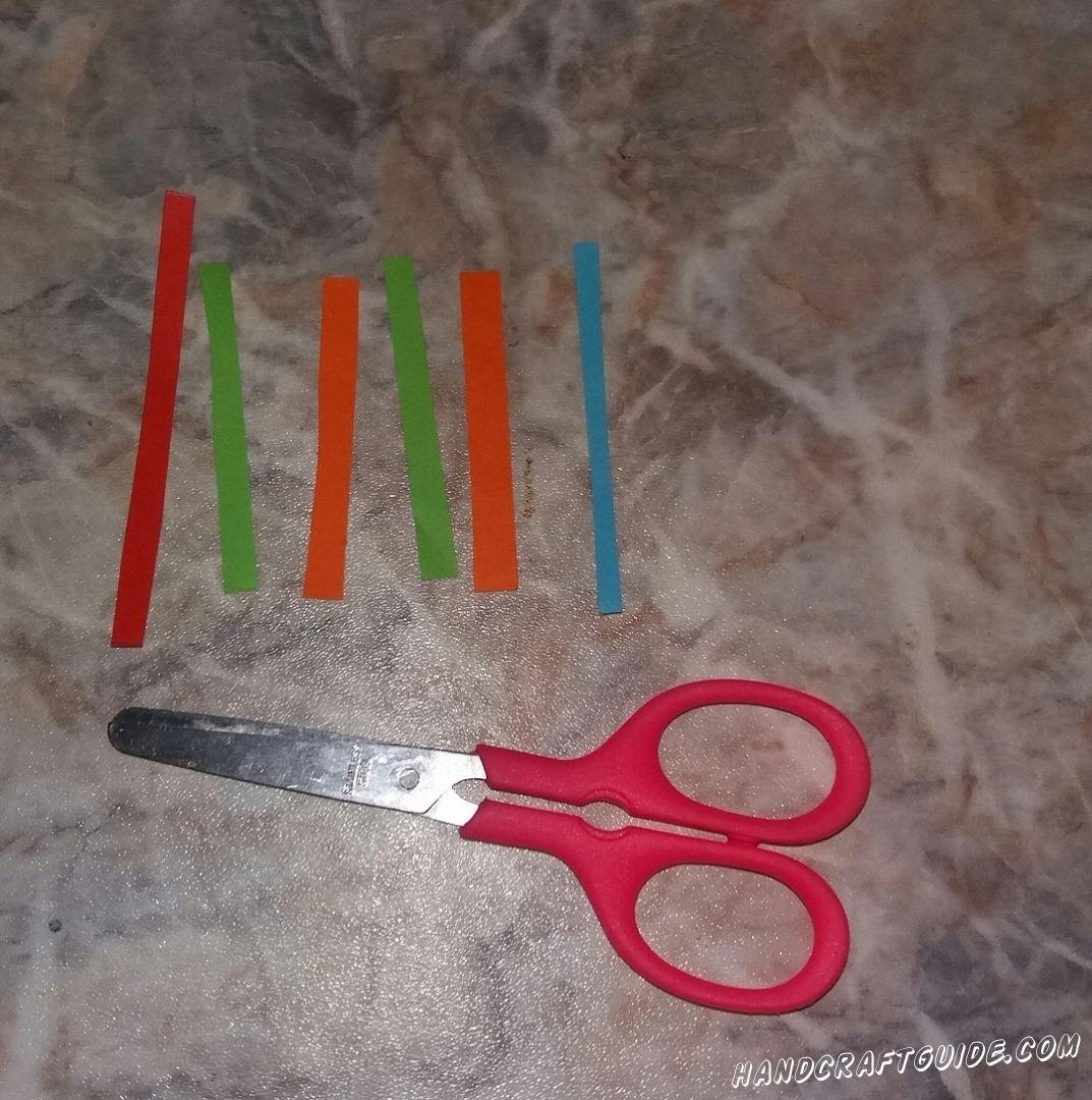 Теперь берем остальные полосочки и накручиваем, по очереди, либо на ножнички, либо на карандаш и снимаем, получаются завитушки