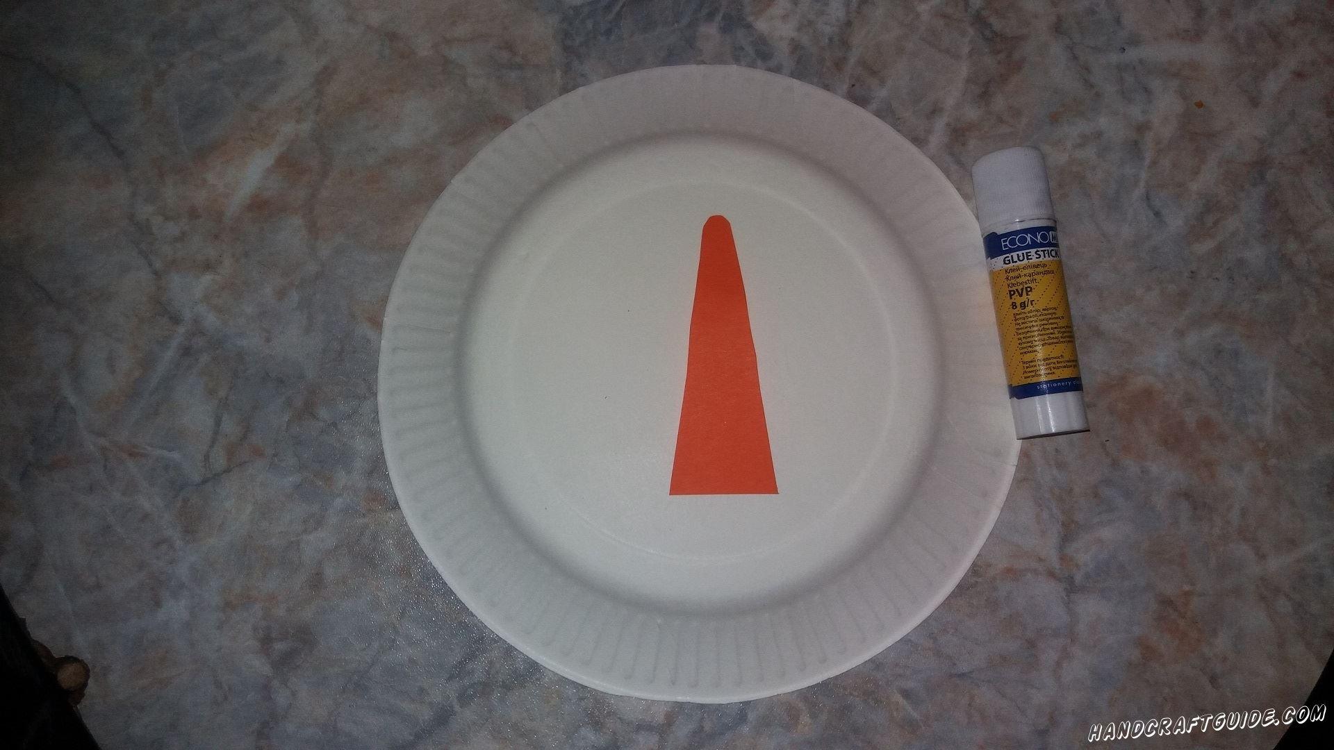 Теперь приклеим на тарелку все детали: шапочку, носик и прическу.