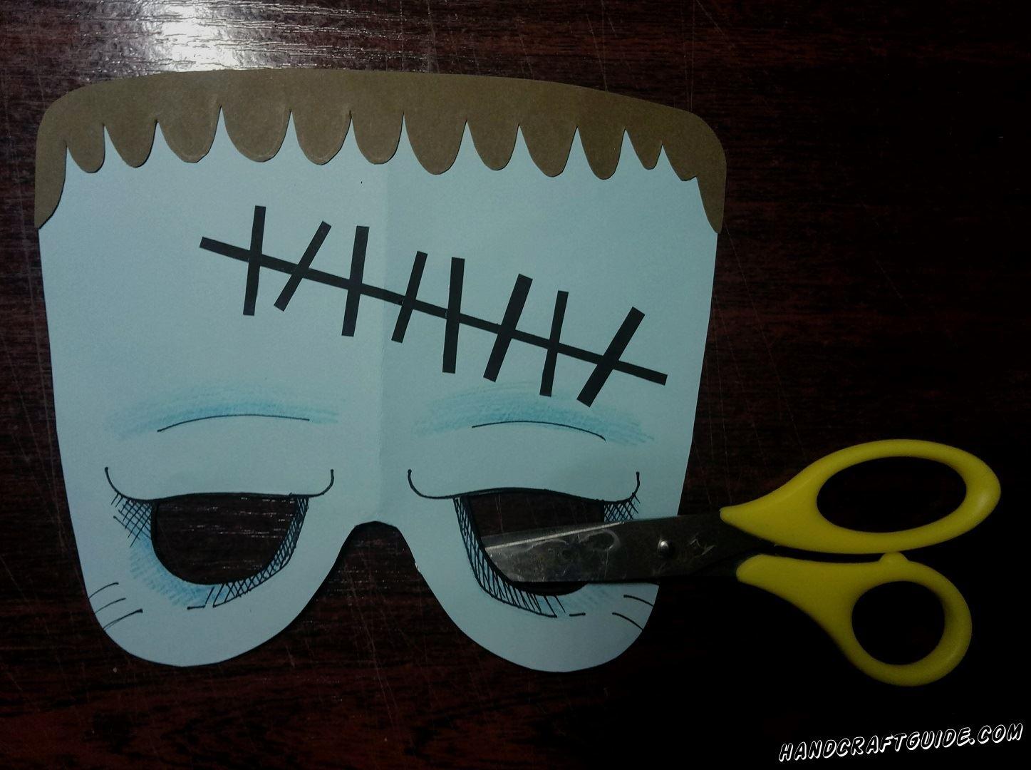 Теперь вырезаем отверстия для глаз, ведь это же маска