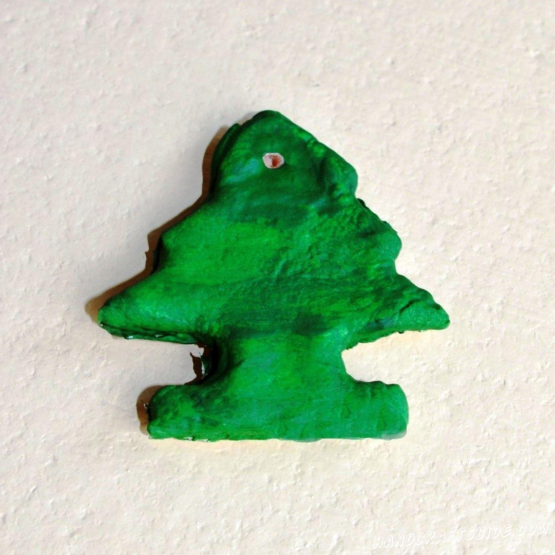 Закрашиваем в зелёный цвет, но не забываем оставить небольшое отверстия для ниточки. Ждём, пока высохнет наша игрушка.