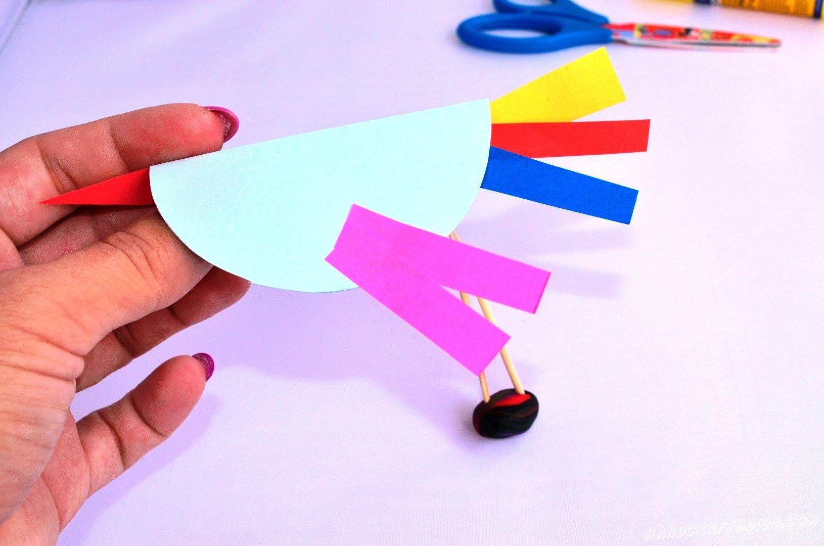 Давайте теперь вырежем 2 фиолетовые полоски и приклеим их на место крылышек.