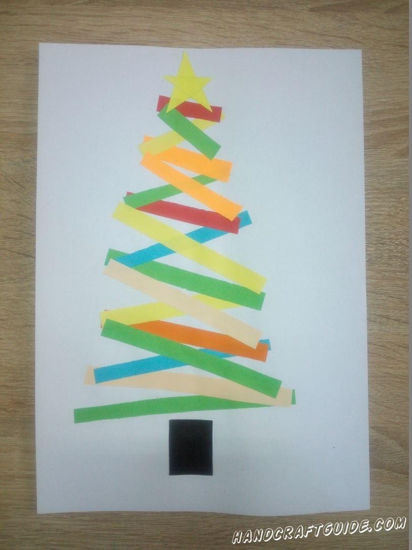 Приклеиваем ножку дерева и украсим звёздочкой. Доклеиваем все оставшиеся полоски. Ёлочка готова! Такой подарок понравится даже самому большому критику. Счастливых праздников, друзья!