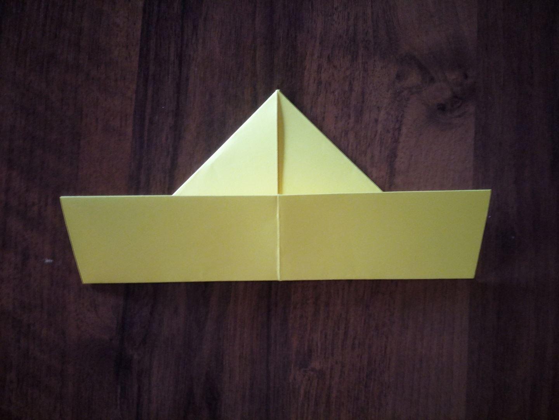 Заворачиваем нижнюю часть ещё раз уже прямо на треугольник