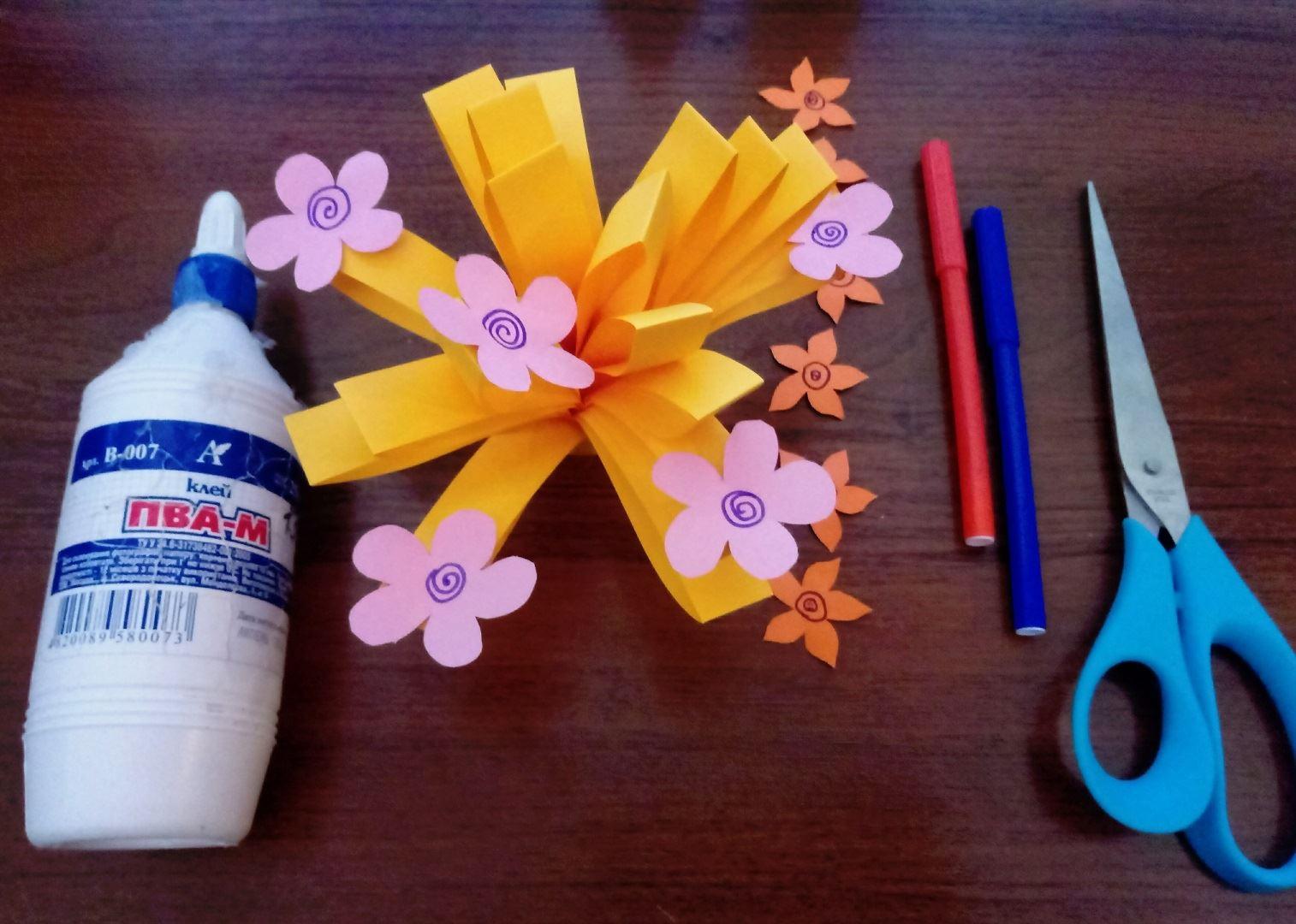 Разрисовываем все цветочки и наклеиваем их на наш большой цветок