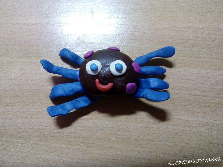каштановый паук с пластилиновыми лапками поделка