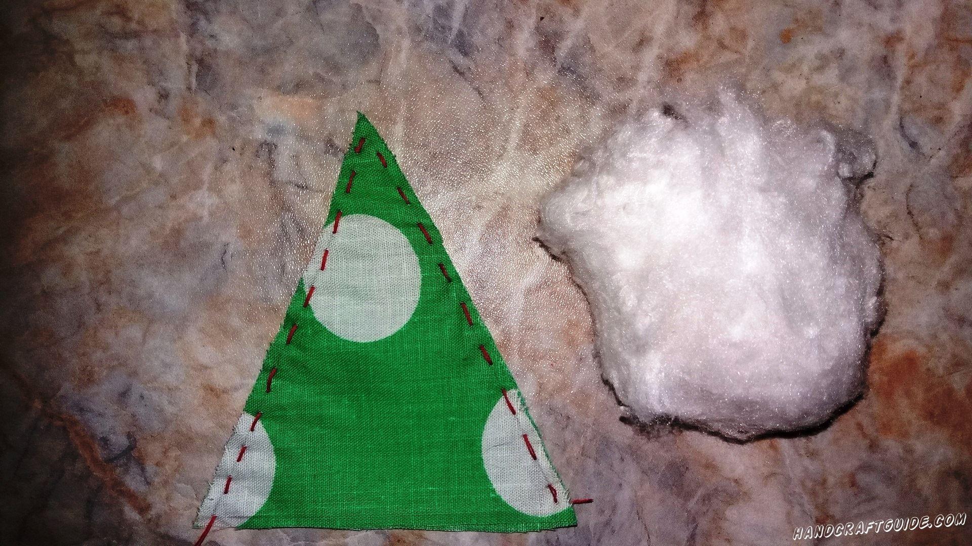 треугольная ёлка набитая ватой