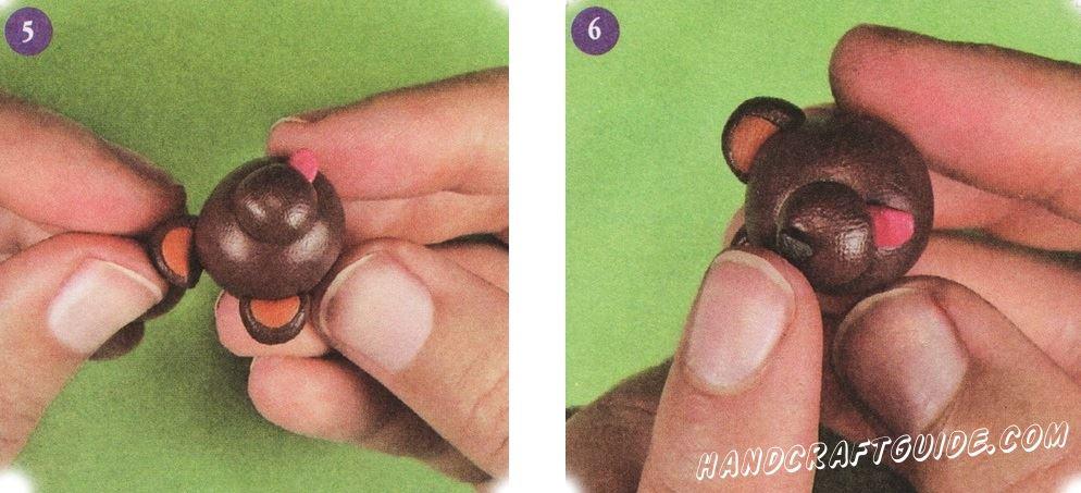 Прикрепите половинки круга к голове. Согните их немного. Теперь у вас есть уши. Используя черный пластилин, сделайте маленький нос и прикрепите его к мордочке.