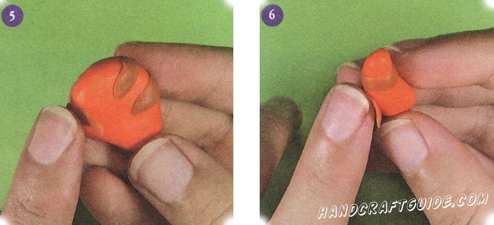 Тонко раскатайте коричневый пластилин и вырежьте полоски. Из коричневого пластилинового рулона очень тонкие полосы. Прикрепите 4 полоски на туловище. Также прикрепите коричневые полосы к лапкам.