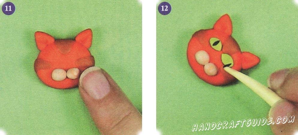 Скатайте два маленьких белых шарика и осторожно прикрепите их немного ниже середины спереди голове.  С зеленого пластилина сделайте два глаза миндалевидной формы. Присоедините их к голове, а посредине каждого глаза сделайте зрачок, используя черный пластилин.