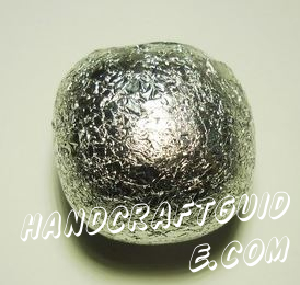 The manufacture of the ball is very simple, but it requires enough time. First, we make the basis for which we use foil. It is necessary to break it into large pieces and gradually fold them into a ball. It's better to roll up on the table base with smooth spherical surface. The diameter of the ball of foil 4-5 cm.