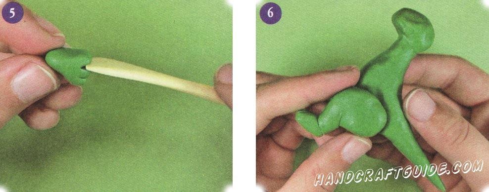 Стопы сделайте в виде удлиненных треугольников. Сделайте 3 пальца используя стек.  Прикрепите ступни к ногам. А ноги прикрепите к туловищу в углубления на животе.