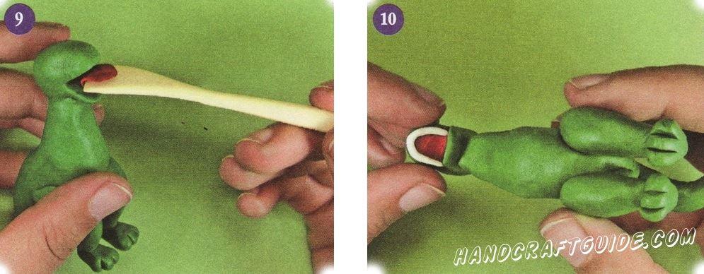 Тонко раскатайте красный пластилин, и вырежьте язык. Прикрепите его во рту. Раскатайте тонкую колбаску из белого пластилина. И прикрепите его по краю верхней челюсти. То же самое сделайте и с нижней челюстью.