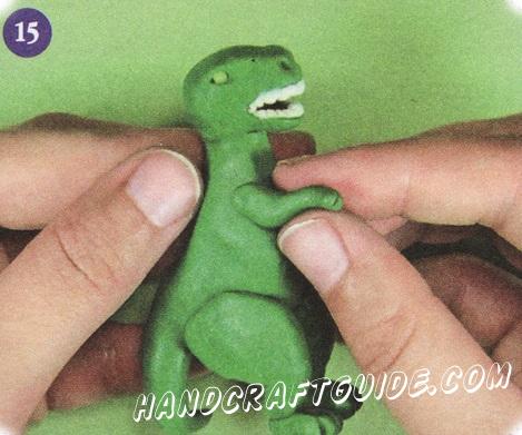 Прикрепите передние лапы к туловищу. Ваш динозавр готов!