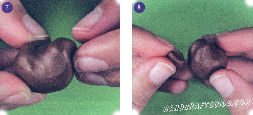 Сделайте голову: внизу лица создайте небольшие углубление в виде нижних челюстей. Из кусочка коричневого пластилина вылепите челюсть вытянутой формы. Прикрепите ее к мордочке таким образом, чтобы она попала в уже сделанное углубление.