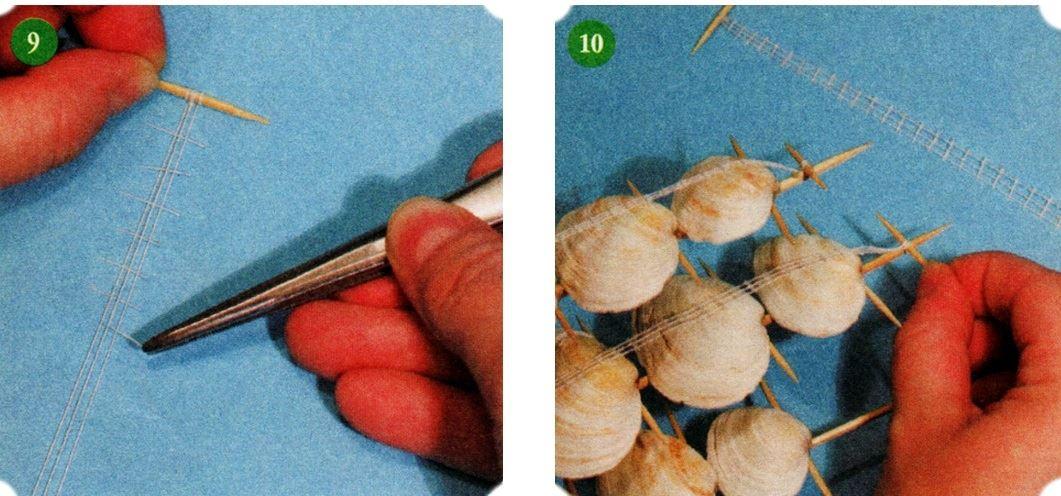 """Наматываем 3 нитки на зубочистку с двух сторон и натягиваем. Затем , из другого кусочка нитки, нарезаем маленькие кусочки и приклеиваем их на длинные полоски с небольшим промежутком. Наматываем и приклеиваем по одной такой готовой """"паутинке"""" на каждую длинную шпажке, сверху"""