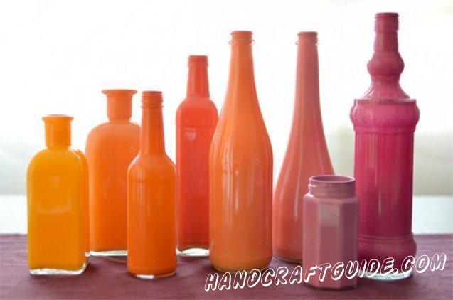 Когда краска высохла, мы можем добавить в вазу колбочку с водой, её можно подобрать в зависимости от специфики бутылки, или поставить в неё искусственные цветы :)