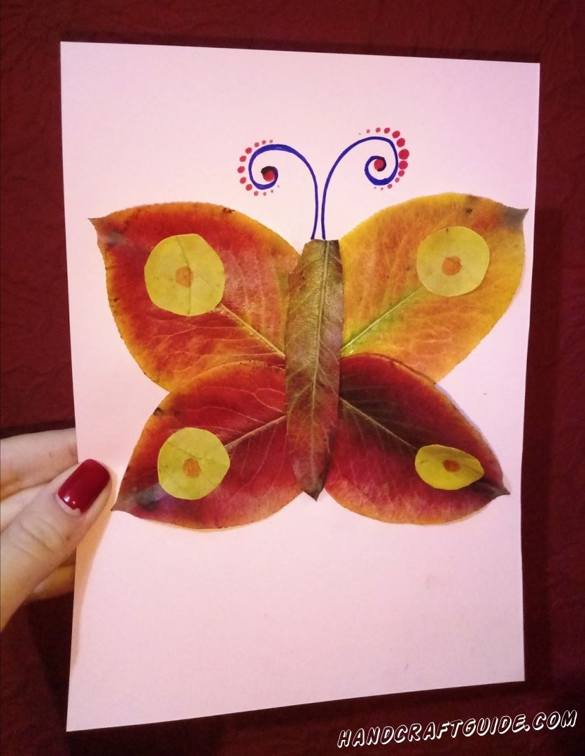 Пока вы гуляете по парку в осеннюю пору, не забудьте насобирать опавших листиков, для вот такой вот аппликации с бабочкой.