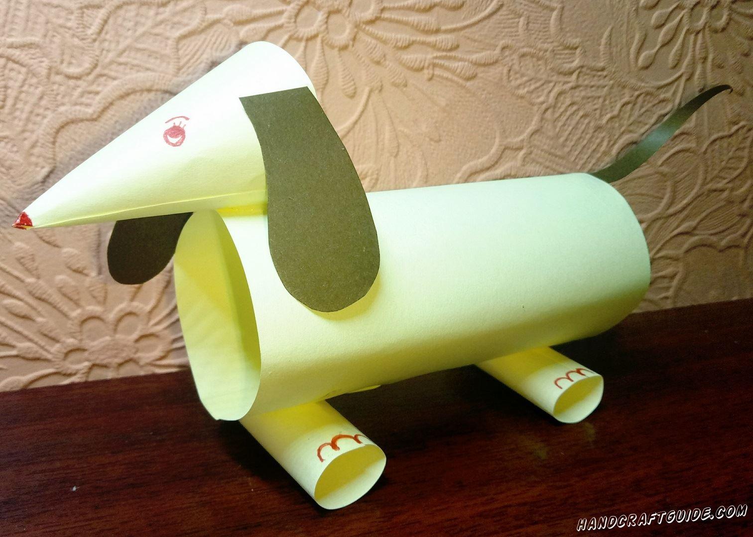 Собачка, выполненная из бумажных трубочек, станет вашим отличным другом и помощником.