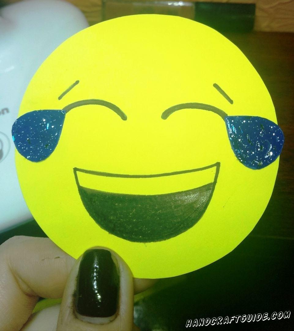 Подари своим самым смешным друзьям такой вот смеющийся эмодзи из бумаги, сделанный своими руками.