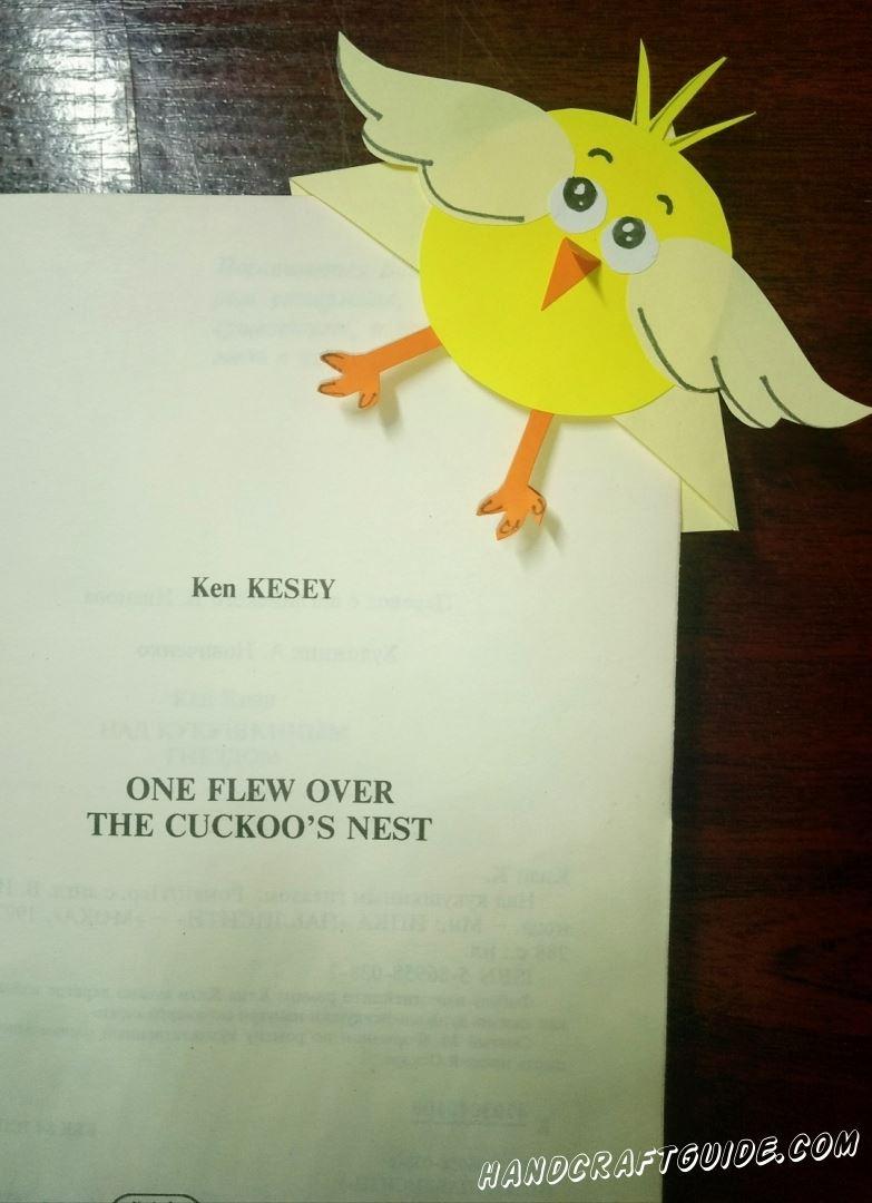 Очень забавный цыплёнок из бумаги не позволит вам забыть страничку, на которой вы закончили чтение.