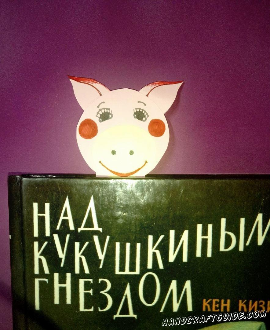 Маленькая хрюшка из бумаги закладка для книги