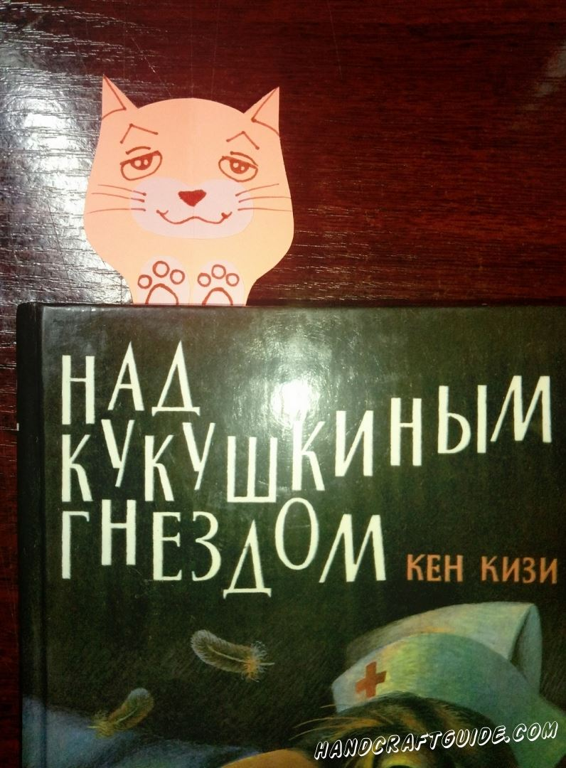 закладка котик из бумаги выглядывает из книги
