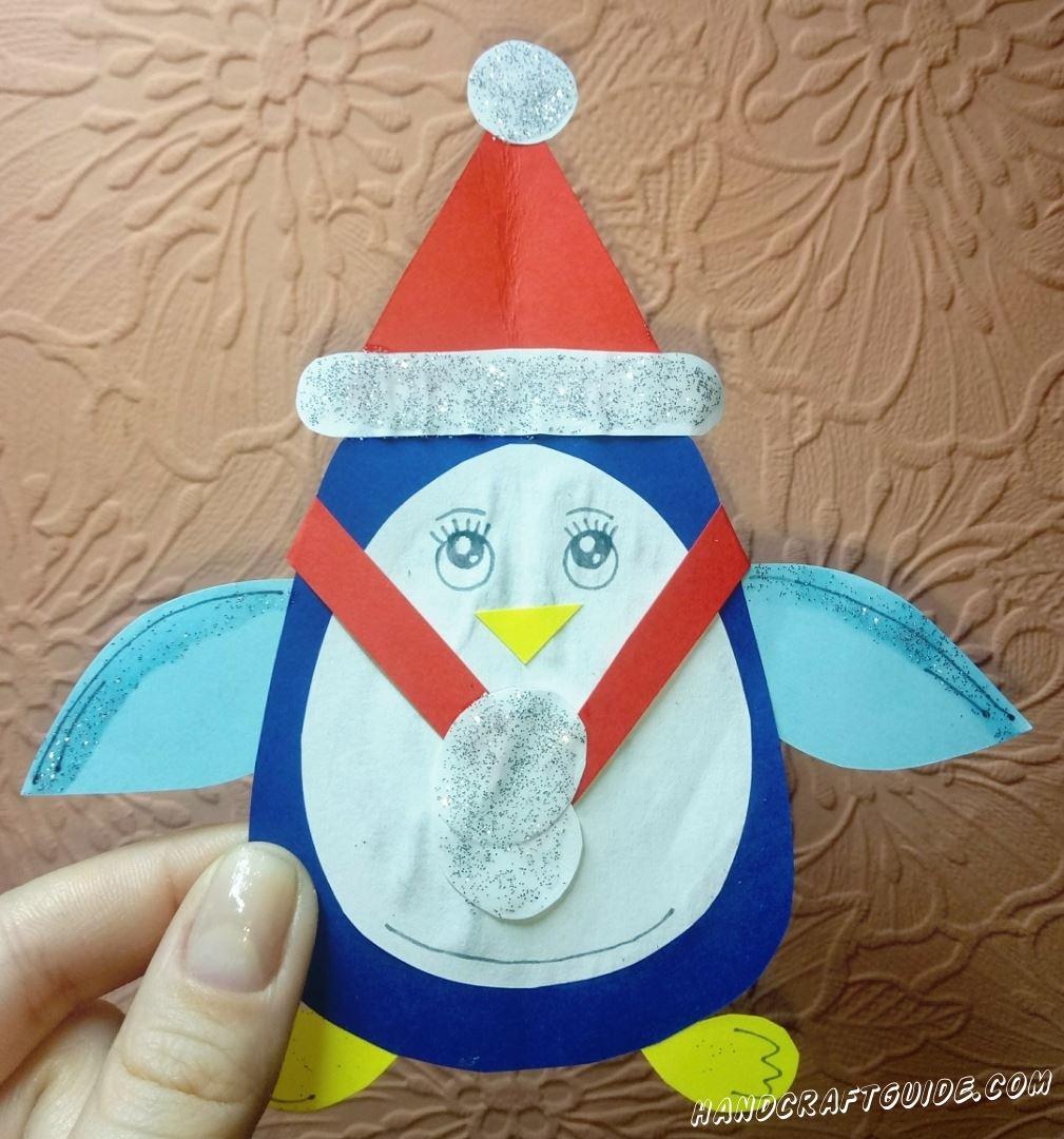 Пингвин из цветной бумаги, в красивейшей новогодней шапочке и шарфике.