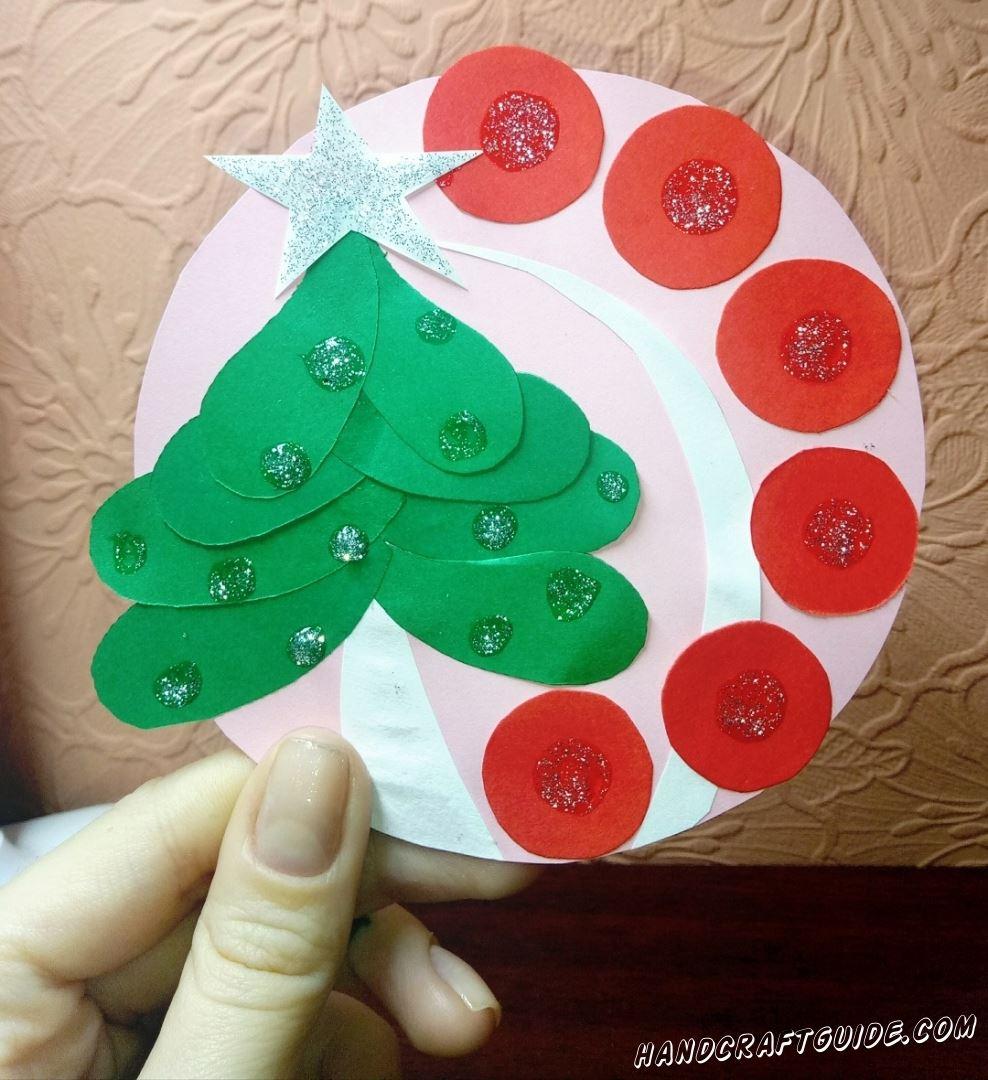 Замечательную бумажную новогоднюю игрушку, мы научимся делать прямо сейчас.