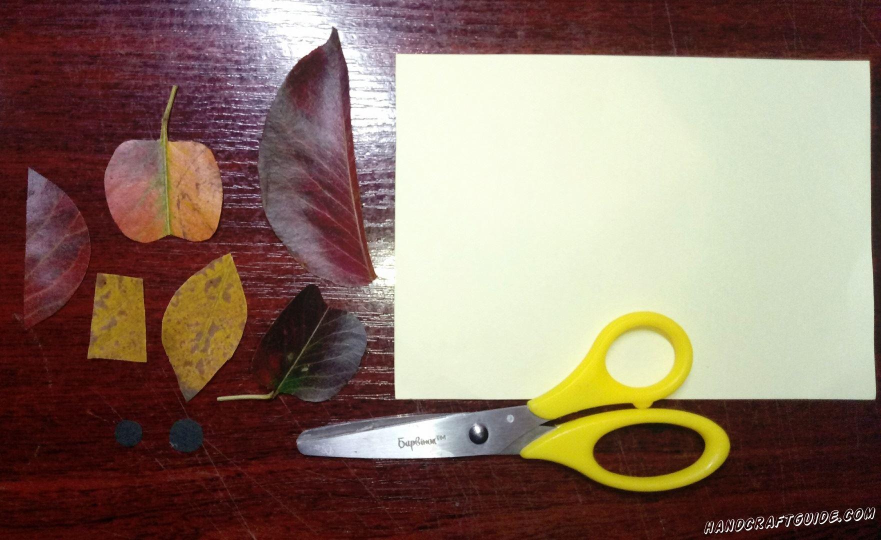 Сначала берем наши осенние листочки и вырезаем все необходимые фигурки, как показано на фото