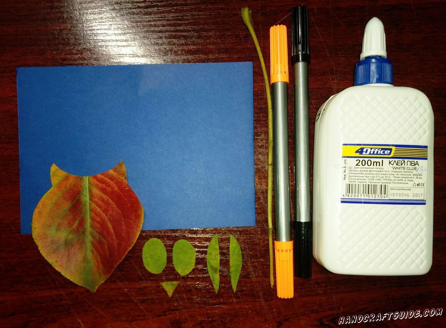 Собираем листочки, упавшие с деревьев и вырезаем из них фигурку совы, крылышки, клювик и глазки, как показано на фото. Также нам понадобится веточка, на которой висят листики.