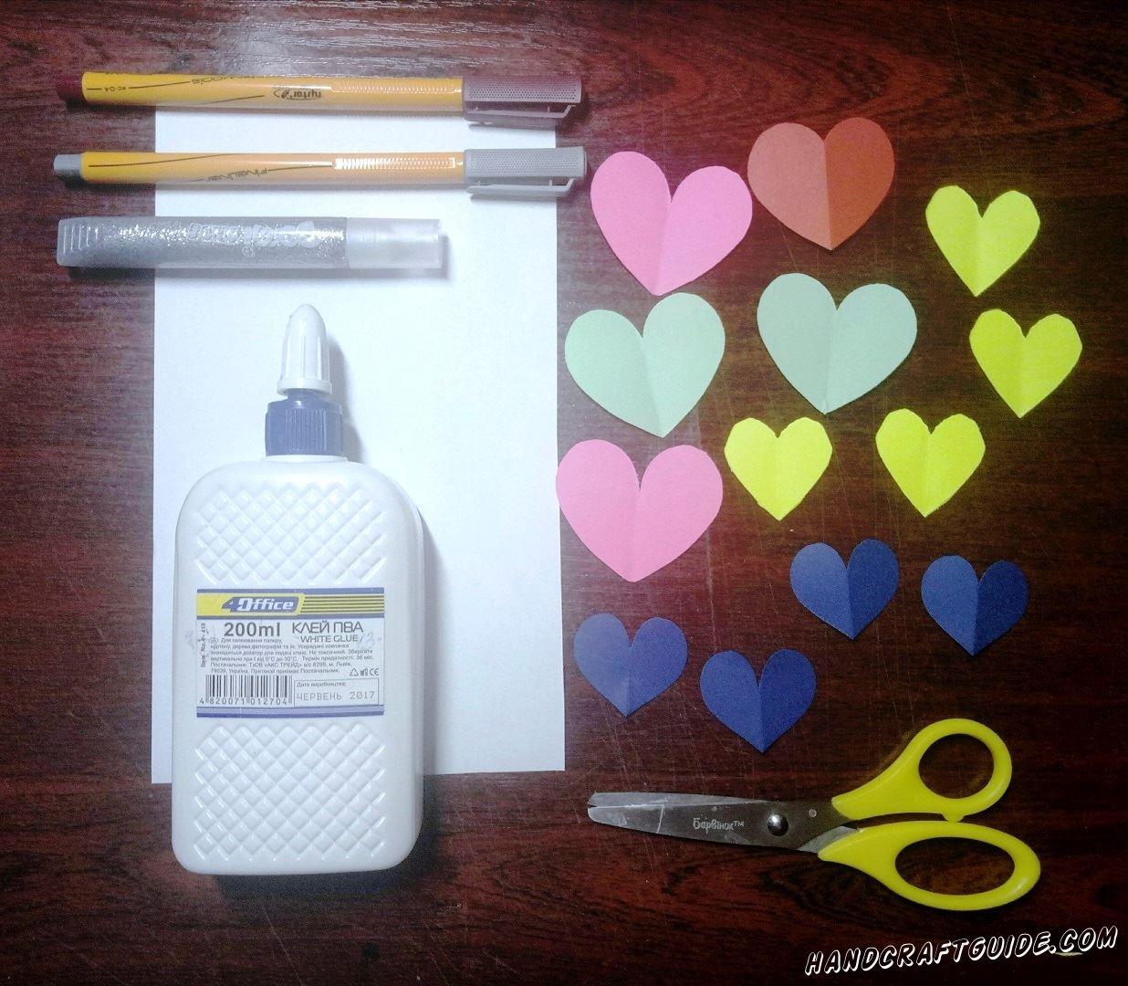 Из цветной бумаги, мы вырезаем множество сердечек, разных цветов и размеров.