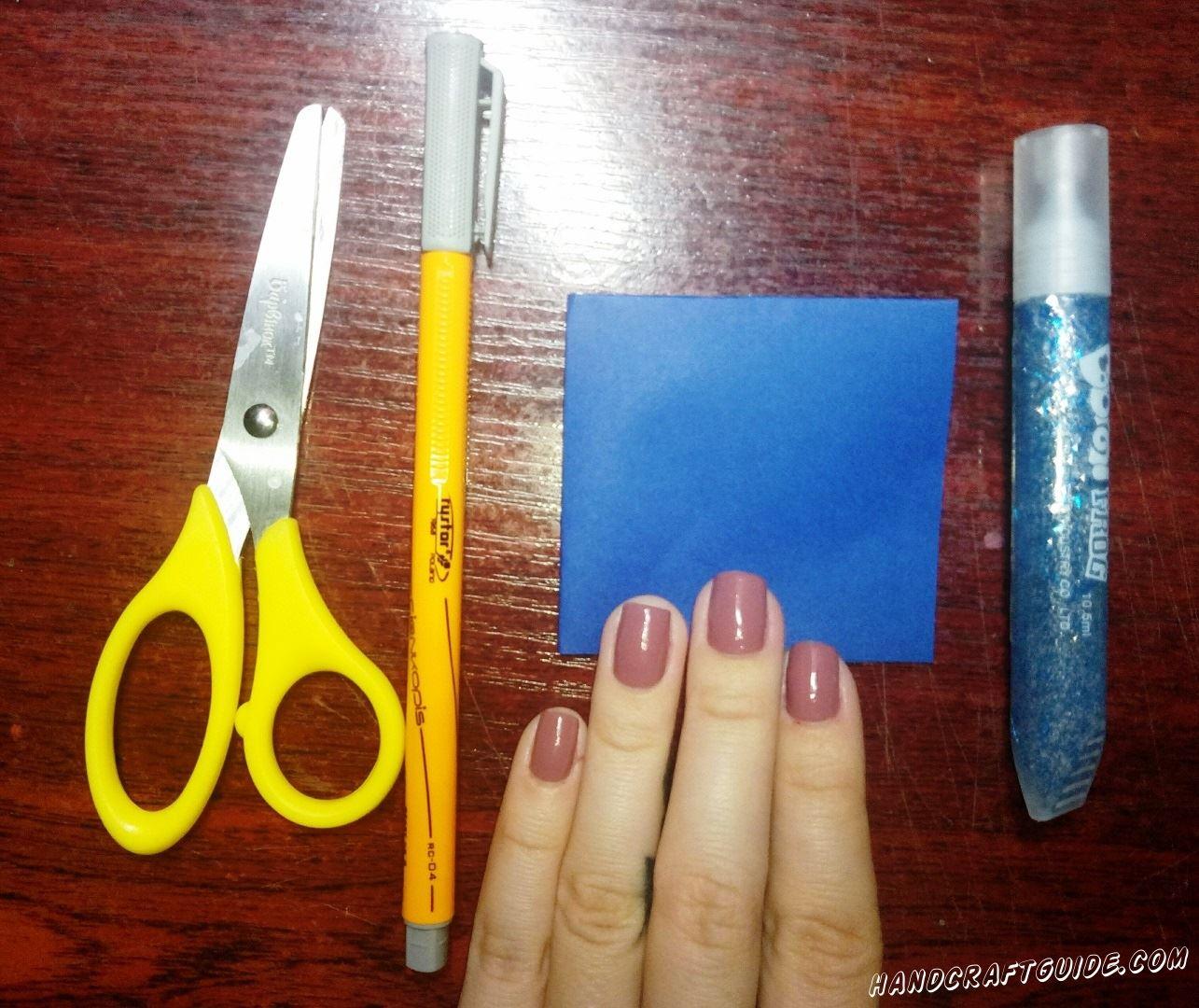 Складываем квадратный синий лист бумаги в два раза, чтоб получился такой квадратик.