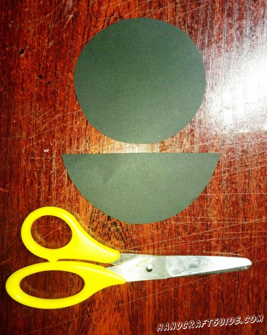 Из бумаги чёрного цвета мы вырезаем один круг и один полукруг