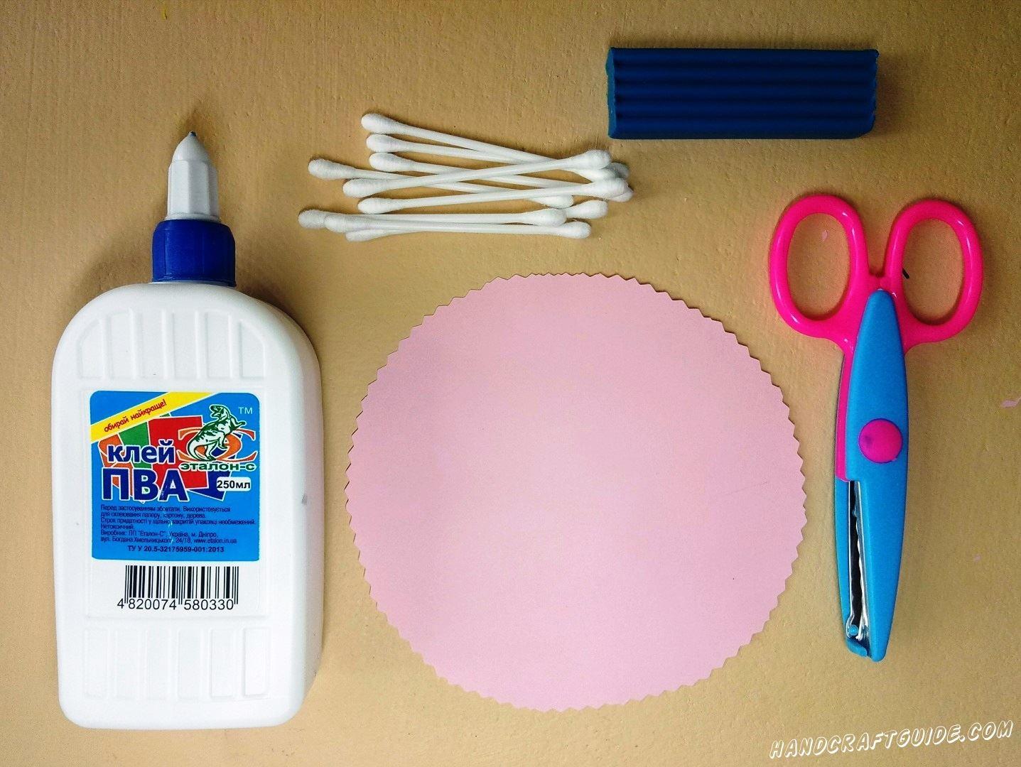 Вырезаем круг из бумаги розового цвета, и делаем волнистый ободок