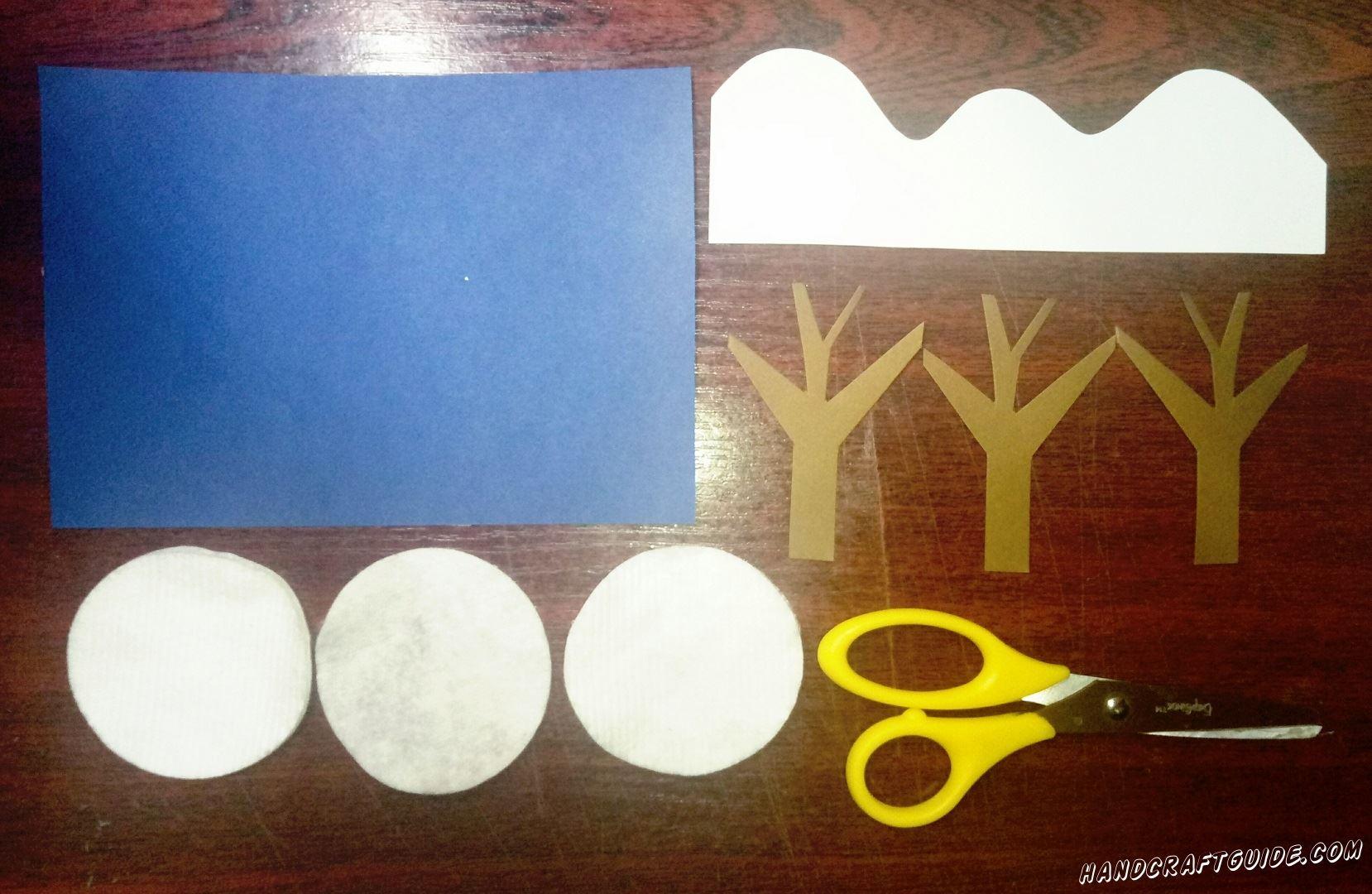 Из бумаги коричневого цвета, мы вырезаем три деревца, а из белой бумаги снег на землю
