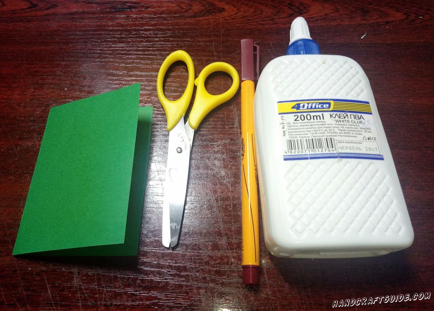 Зелёный лист бумаги мы складываем пополам