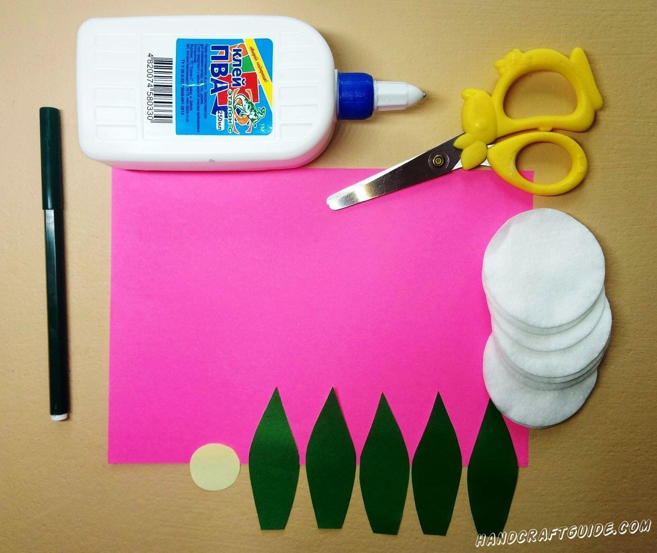 Давайте для начала мы вырезаем 5 листочков из бумаги зелёного цвета и кружочек желтого цвета