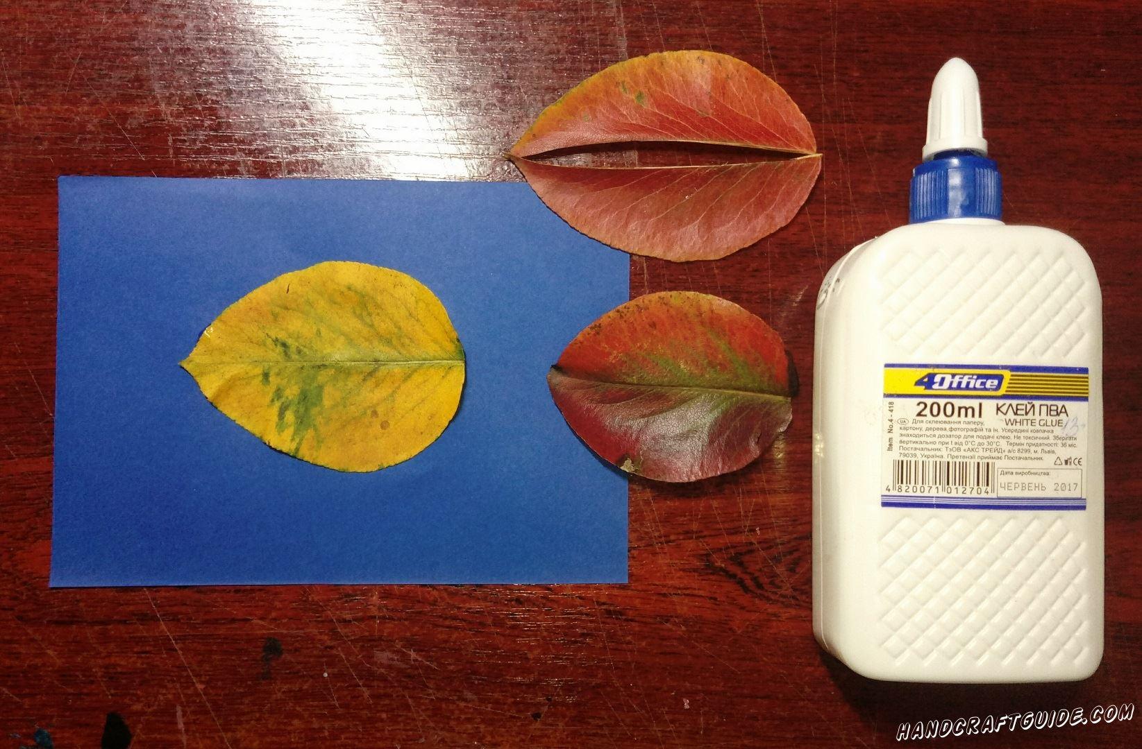 Более светлый листик мы приклеиваем на бумажный фон синего цвета
