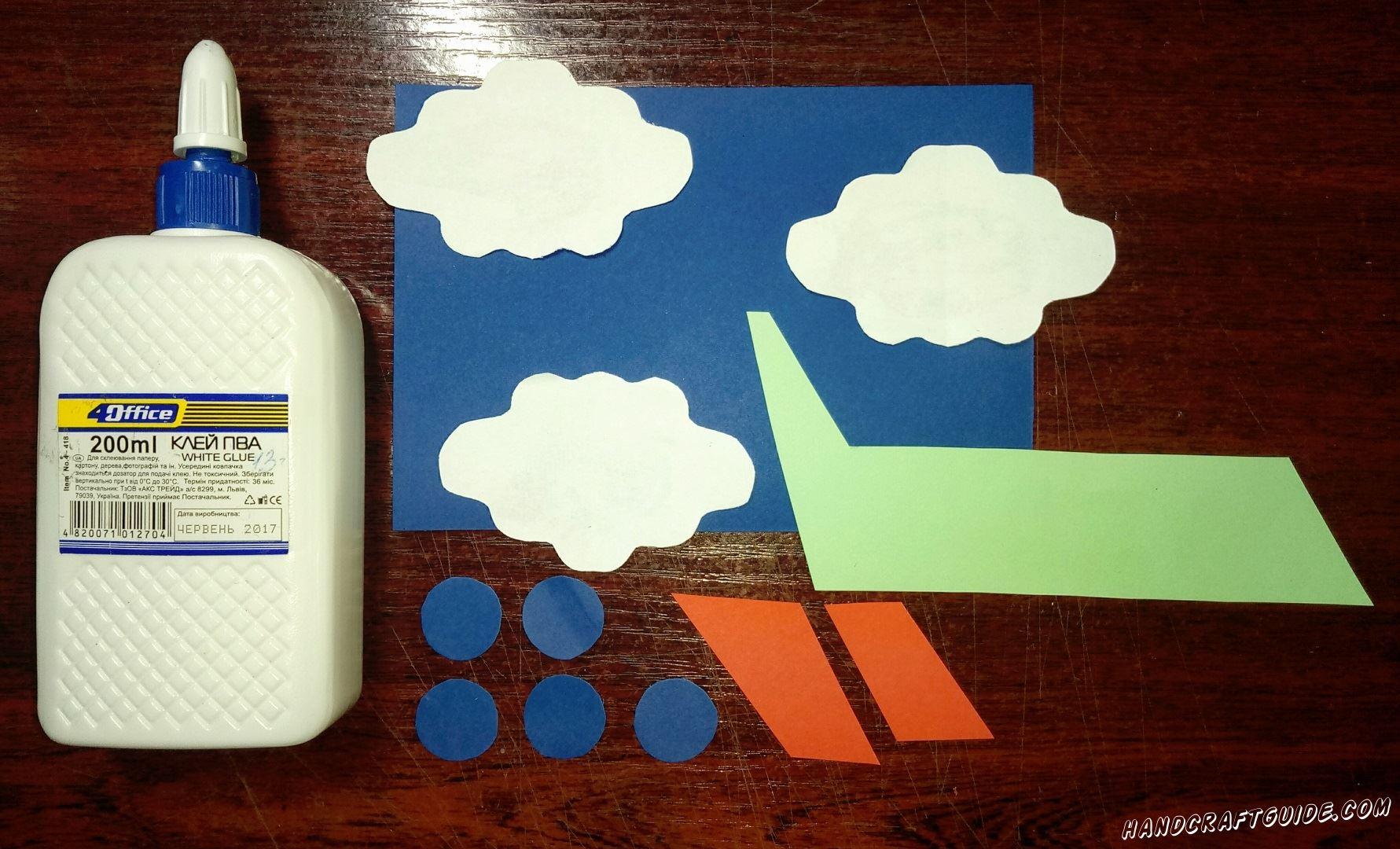 Приклеиваем облака на синий фон бумаги