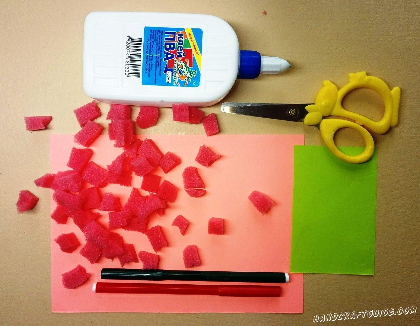 Красную мягкую губку разрезаем на мелкие кусочки