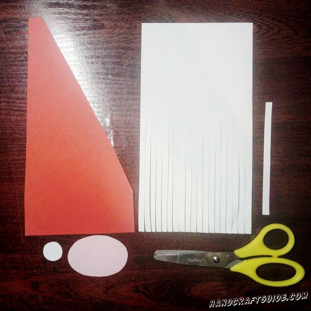На белом прямоугольнике мы делаем множество вертикальных надрезов до центра листка