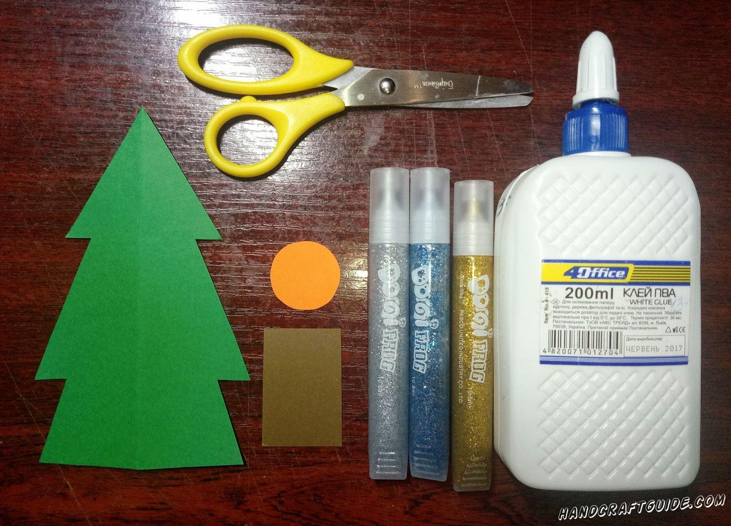 Вырезаем ёлочку из бумаги зелёного цвета. Также нам нужен ствол дерева коричневого цвета и кружочек оранжевого цвета.