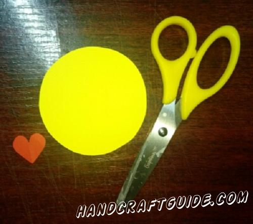 Вырезаем желтый круг и красное маленькое сердечко, из бумаги.
