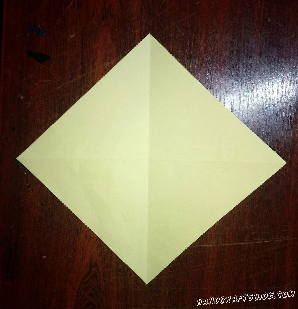 Берем квадратный светло-желтый лист бумаги и повторяем все сгибы, показанные на фото.