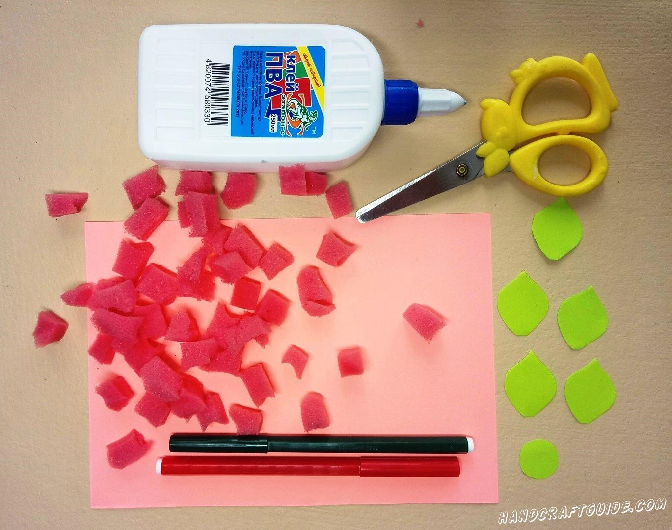 Салатовый листик бумаги разрезаем на 5 листочков и кружок