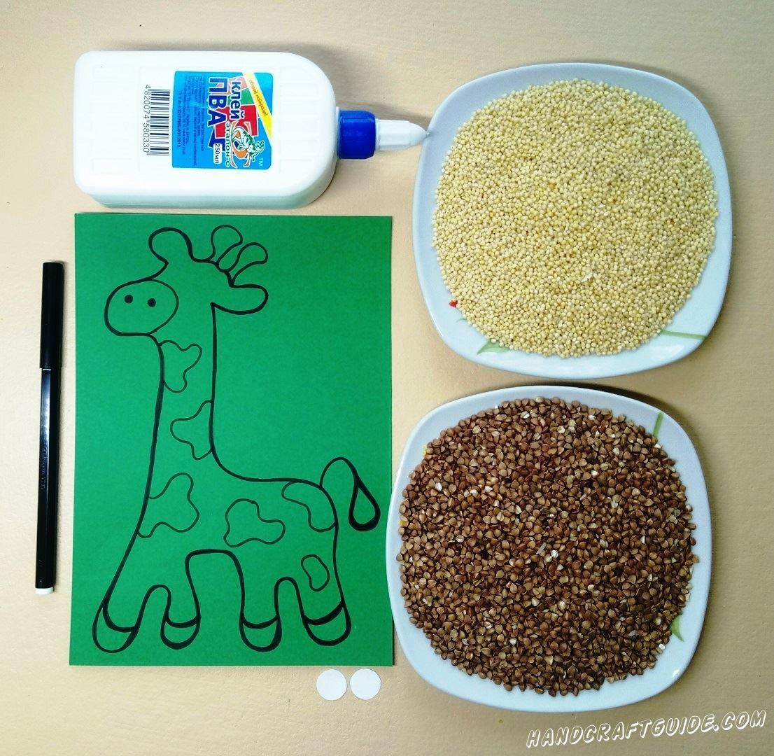 На зелёном листе бумаги мы нарисуем жирафа, как показано на фото