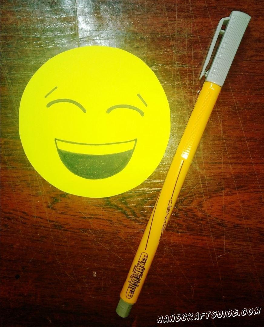 На желтом кружочке мы рисуем смеющееся личико, с помощью маркера