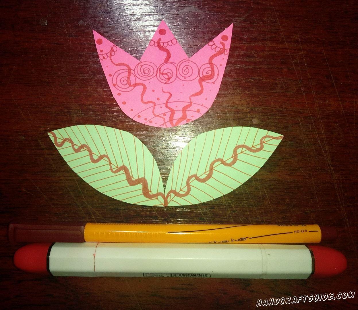 Красиво разрисовываем плоские бумажные фигурки.
