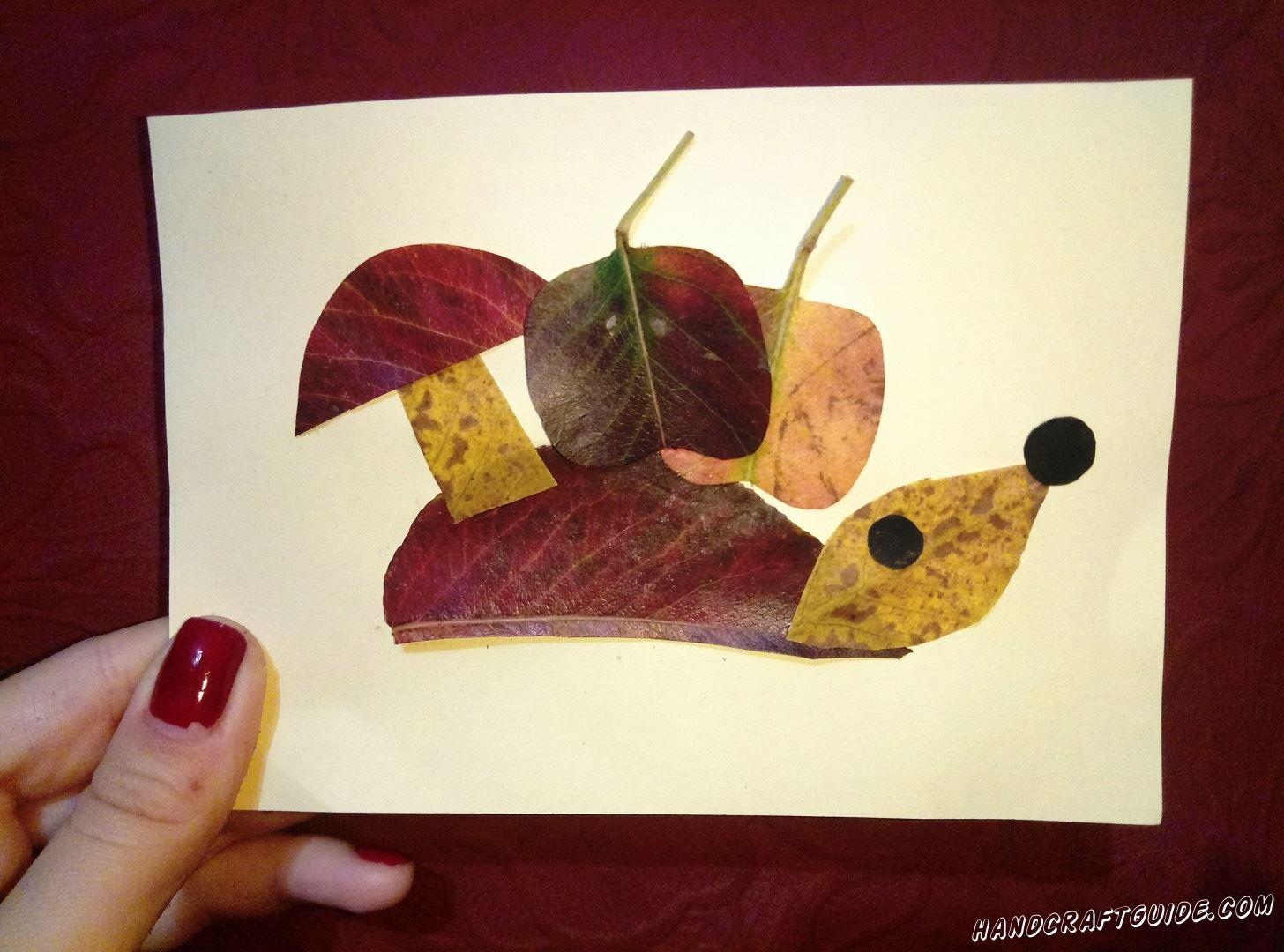ёжик из осенних листьев несёт гриб и яблоки аппликация