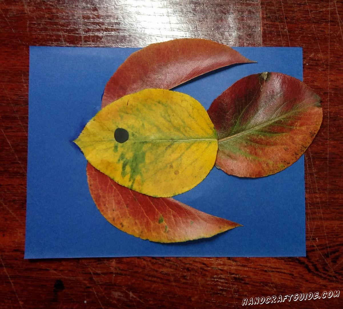 простая аппликация рыбки из листьев